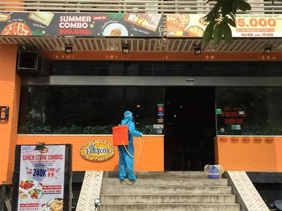 Hà Nội phong tỏa khu dân cư, nhà hàng pizza vì có ca nghi nhiễm COVID-19